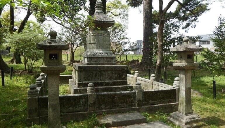 岡崎城、東照公えな塚