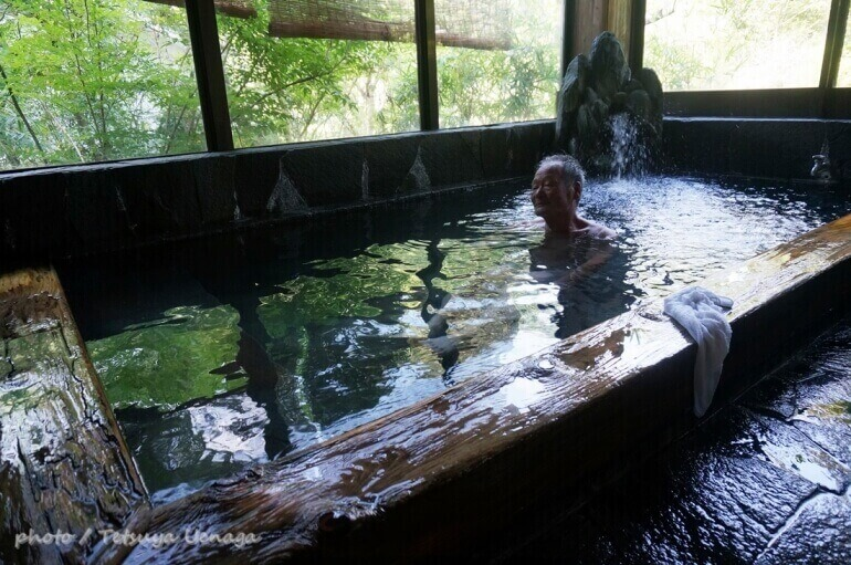 小薮温泉、木枠の湯船