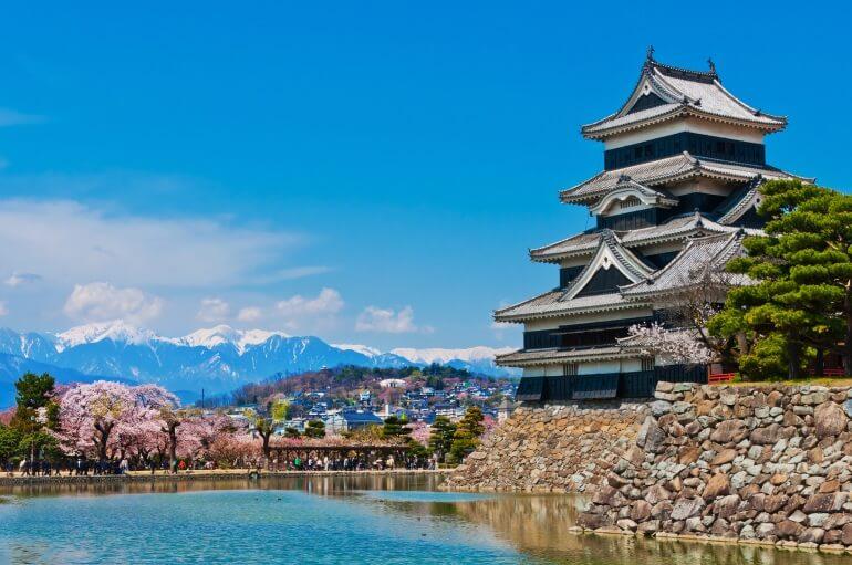 松本城、天守、桜、日本アルプス