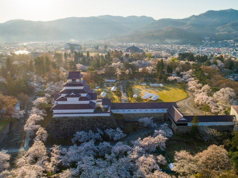 会津若松城、天守、桜、赤瓦