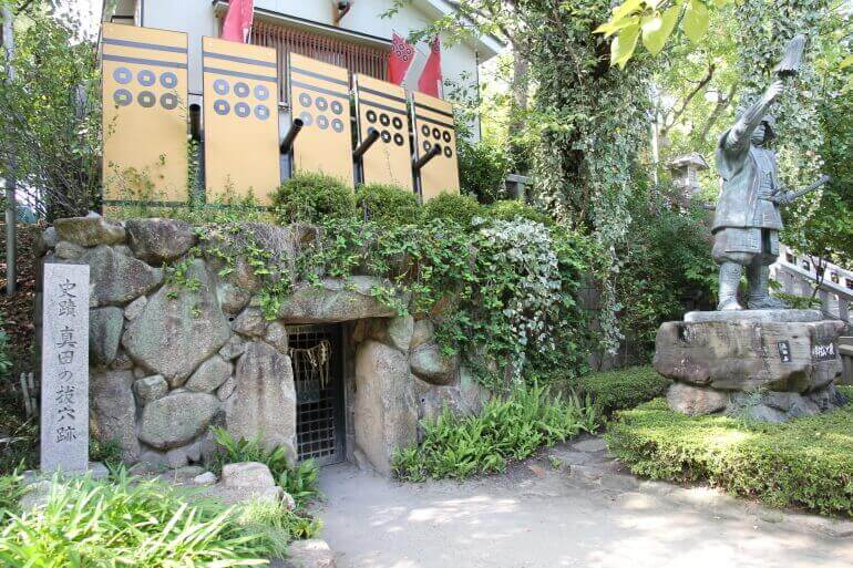 三光神社、抜け穴跡