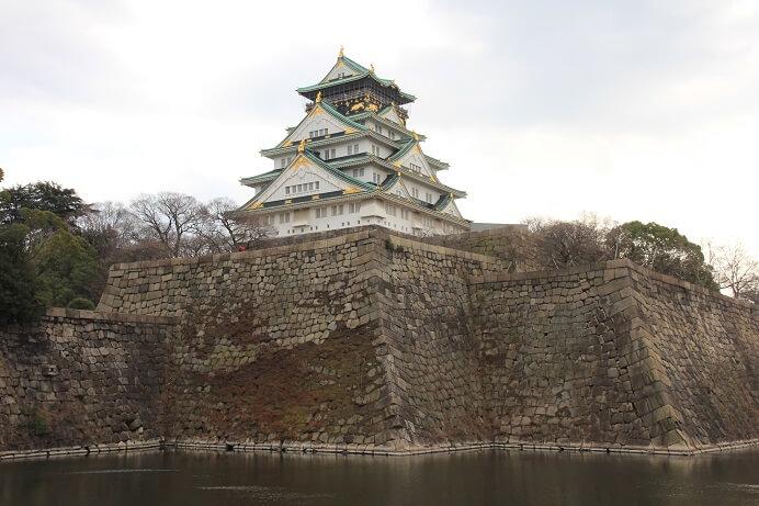 大阪城、内堀、天守、巨大な石垣