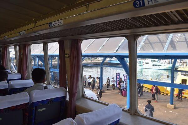 福江港、高速船内