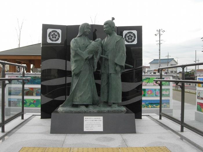 勝幡駅前の織田信秀・土田御前・信長像