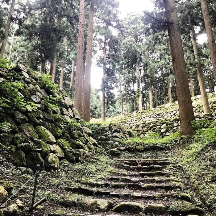 七尾城、石垣、登山