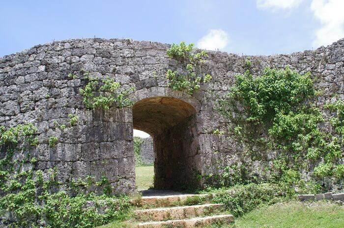 座喜味城、アーチの石門
