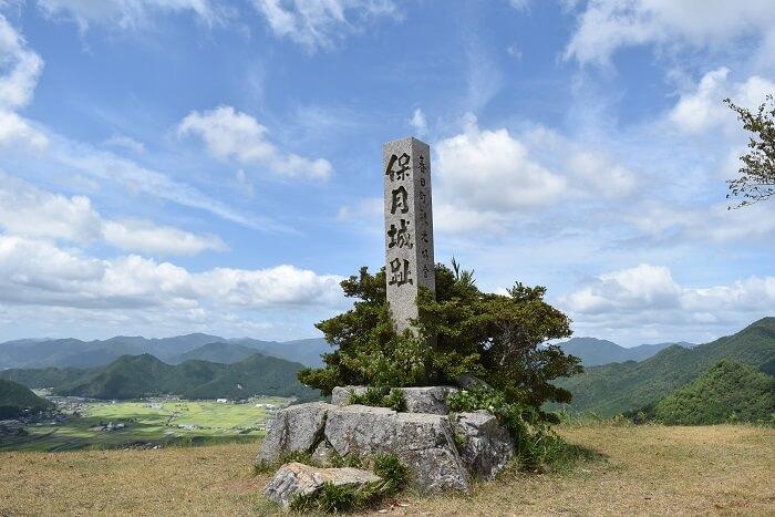 黒井城、本丸跡、石碑、礎石