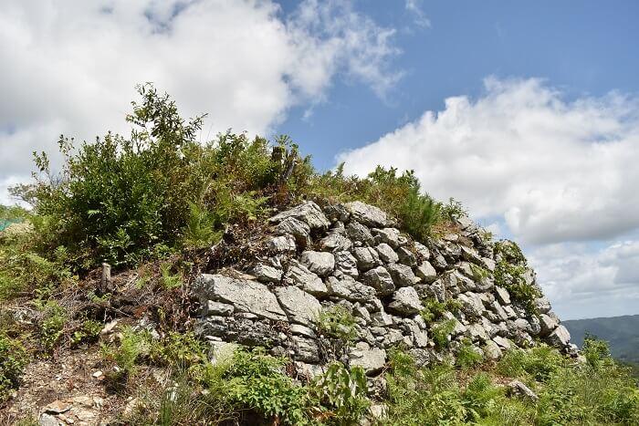 黒井城、東曲輪、石垣、土塁、野面積み