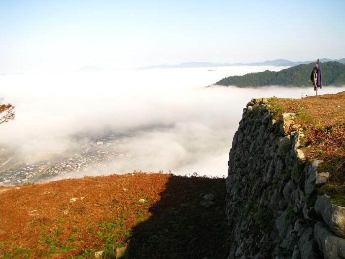 天空の城、有子山城、比高300m