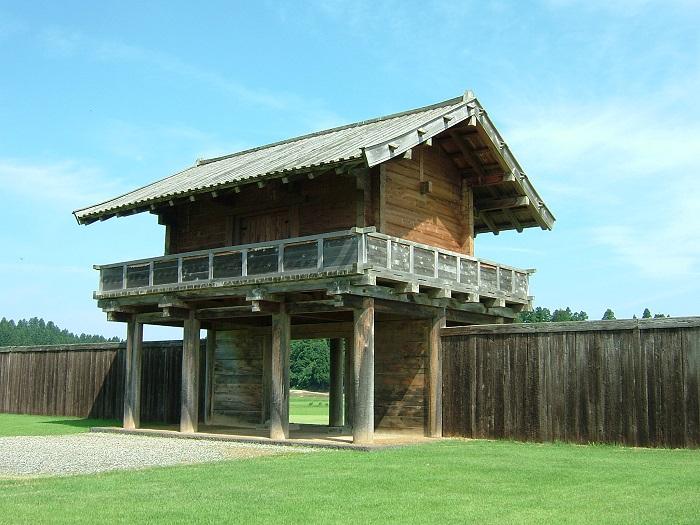 払田柵跡に復元された外柵南門と角材列