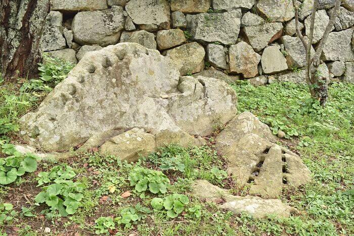 米子城、鉄門跡付近、矢穴、残念石