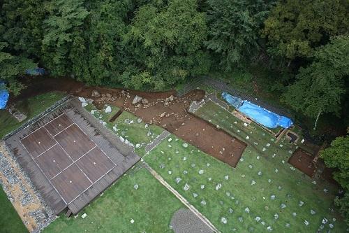 御主殿地区、庭園の池跡、調査風景