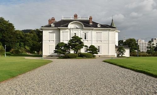 仁風閣、瓦屋根、ルネッサンス様式、王冠型、棟飾り、煙突