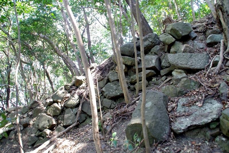 西登り石垣、三熊山、登山道