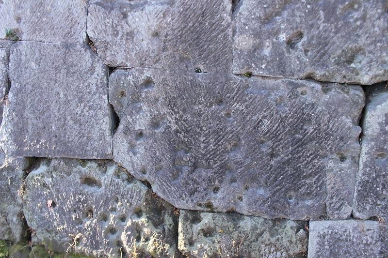 石塀、弾痕跡