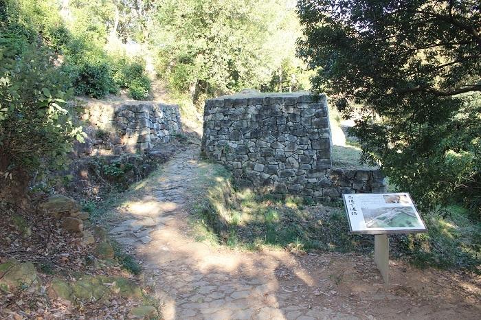 土橋、石垣