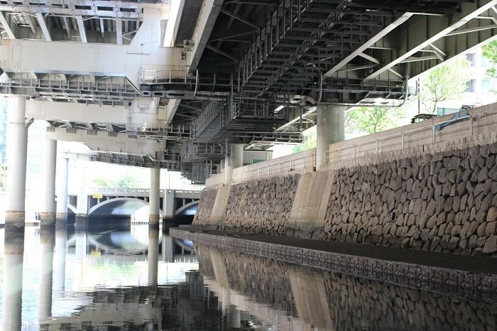 江戸城、水堀。高速道路
