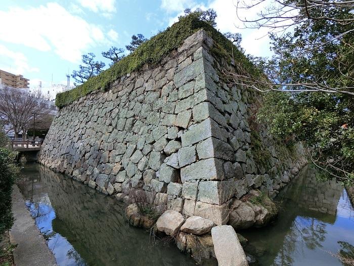 三原城、石垣、岩礁