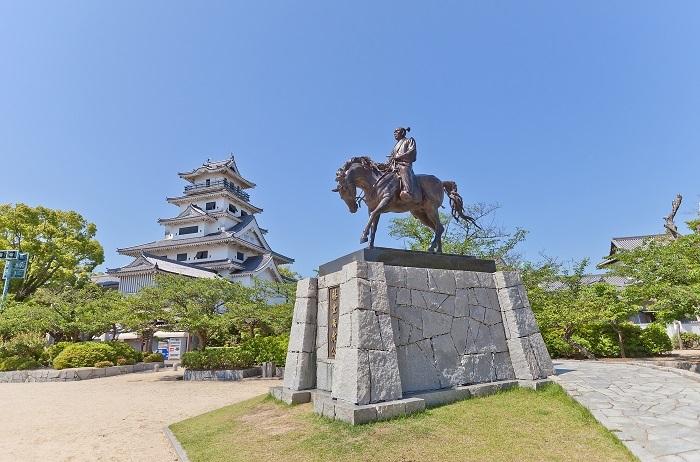 今治城内に立つ藤堂高虎の銅像