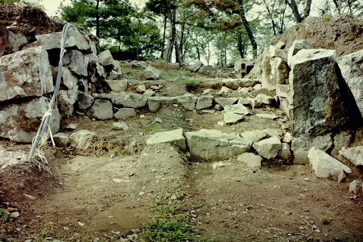 丸山城跡西の丸の東側南門