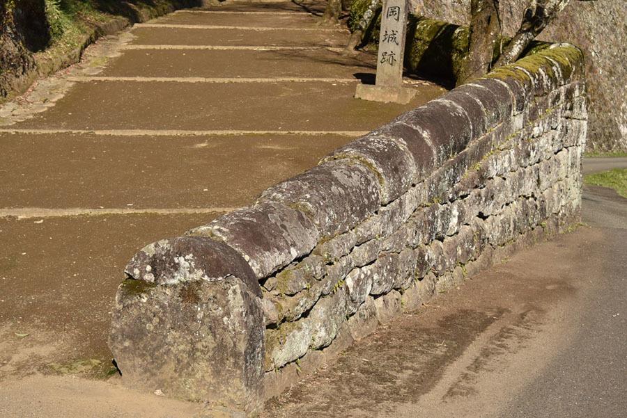 岡城、カマボコ石