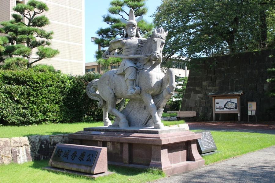 福井城、結城秀康像
