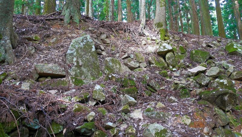 吉田郡山城、三の丸通路に残る立石