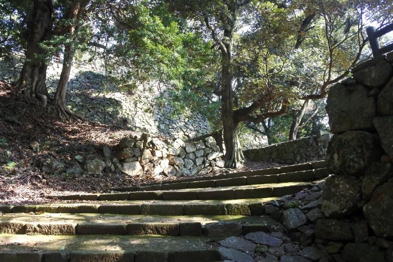 浜田城、三の丸の石垣と通路