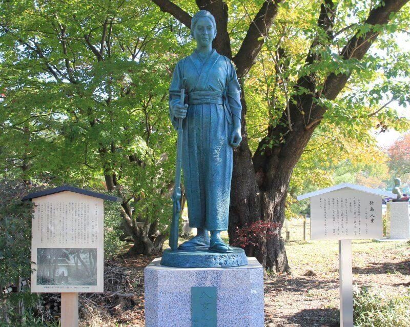 会津若松城、新島八重の銅像