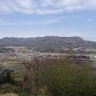 笹曲輪から正面には三峰山が望める
