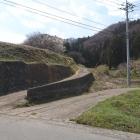 登山口は左の農道を上がっていく。