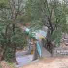 専称寺からの城跡入口