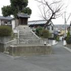 清水町門。祠が建っているのが土塁。