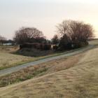 堤防沿いの三角形の微高地が本丸跡の一部。