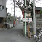 東町門。祠のある小高い場所が土塁。