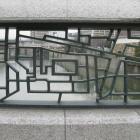 開明橋の欄干。尼崎城の縄張りをデザイン。