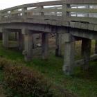 西国街道の石橋を移築保存。橋の下が空堀。