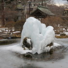 思いがけず芸術鑑賞。噴水が凍ってる。