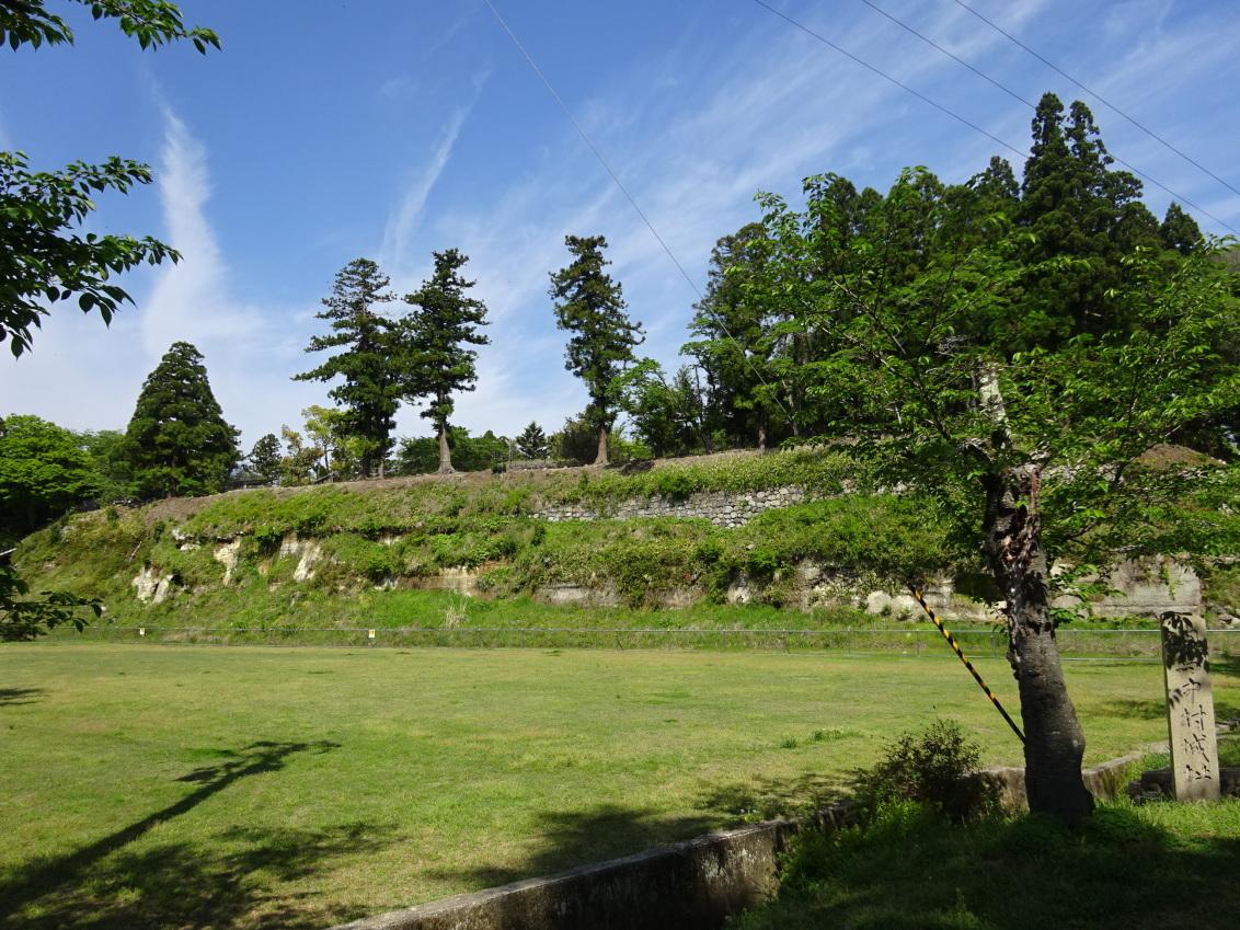 本丸城塁と内堀跡