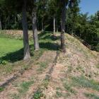 本丸(左)と笹郭を隔てる土塁