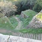 城兵側の視点。天守台跡から鉄門跡方向を臨む。