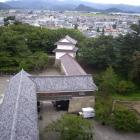 干飯櫓(ほしいやぐら)は赤瓦。櫓の奥に見える山は向羽黒山城。