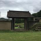 復元された門