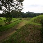 三の曲輪(右)と二の曲輪(左)を隔てる畝のある空堀