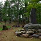 御殿曲輪の城址碑
