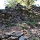 東腰曲輪の岩盤を組み込んだ石垣と集水桝跡