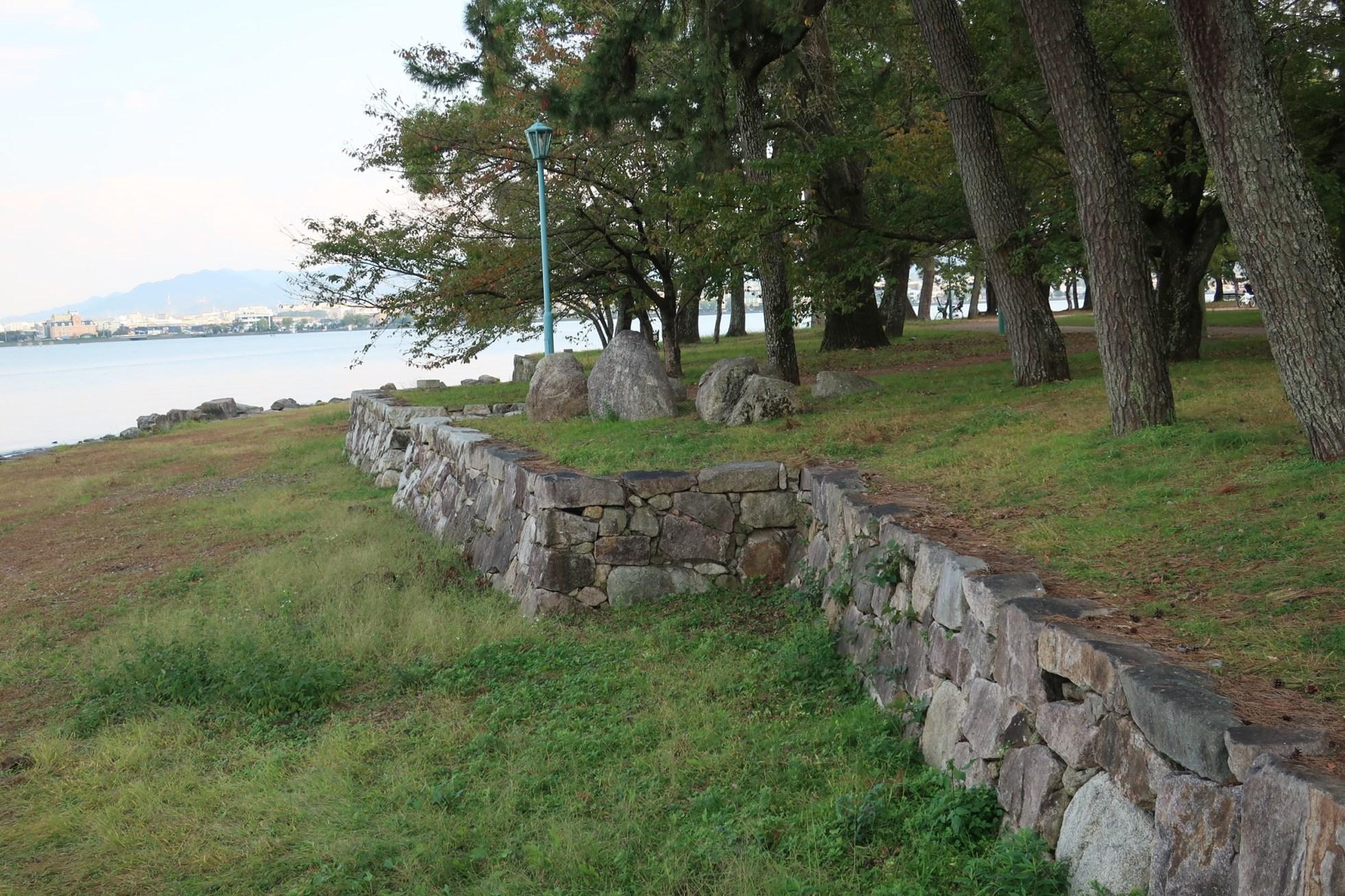 琵琶湖に面した天守台跡