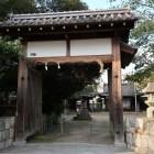 膳所神社南門。どこの城門か不明ながら、軒丸瓦には城主本多家の立葵紋