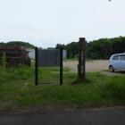 空き地にある説明板と標柱