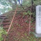 小木ノ城天守台下部にある樹叢石碑